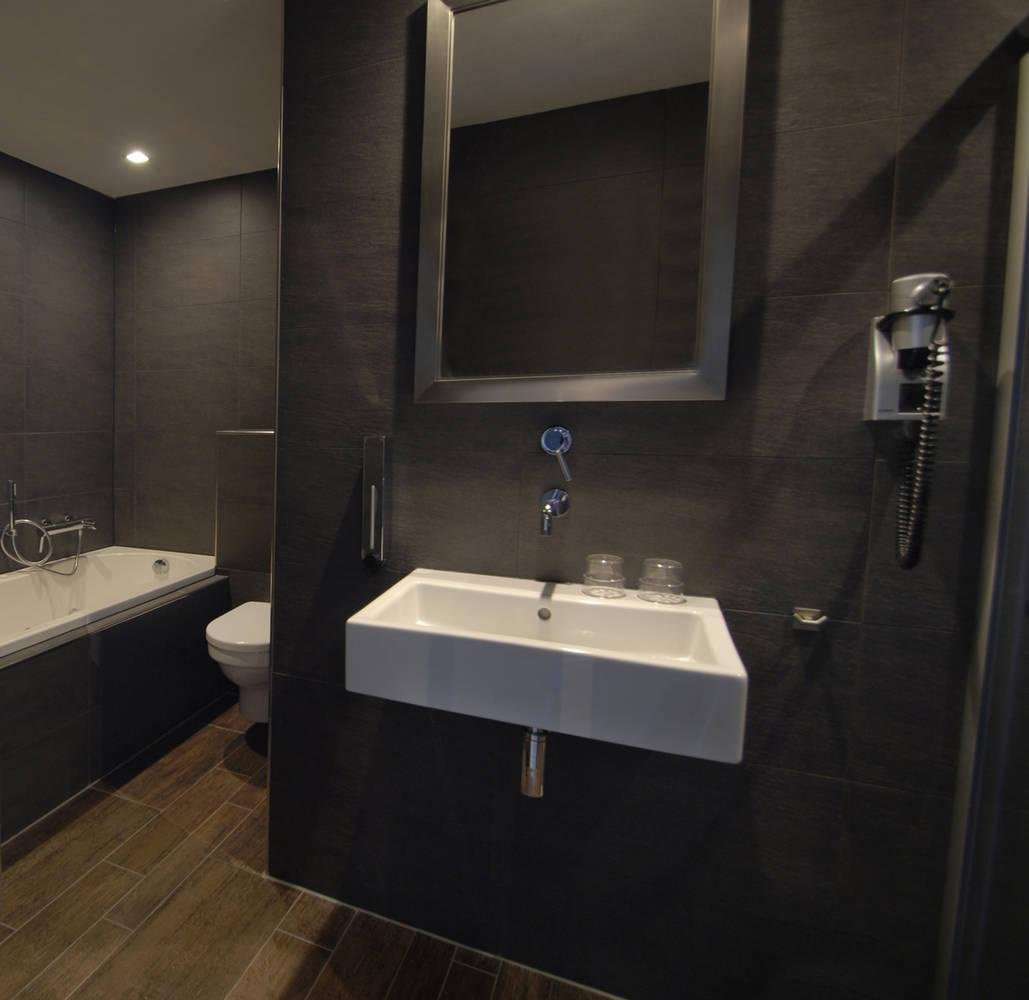 Luxury Theme Suite | A split-level room with bath